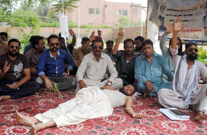 حیدر آباد : سندھ بلڈنگ کنٹرول اتھارٹی کے ملازمین جبری برطرفیوں کیخلاف علامتی بھوک ہڑتال پر بیٹھے ہیں