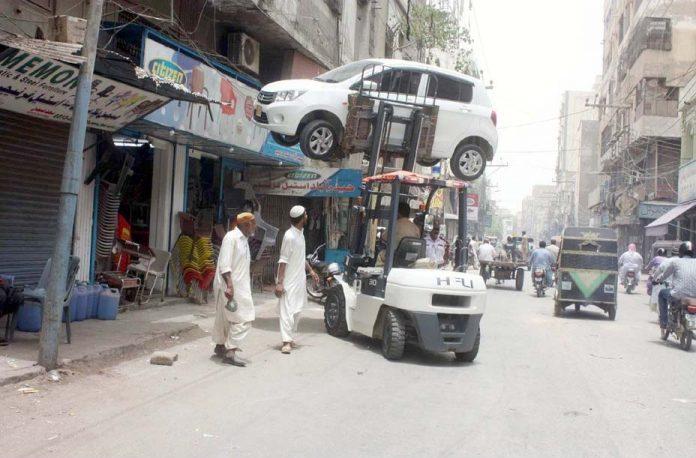 حیدر آباد : ٹریفک پولیس اہلکار غلط پارک کی گئی گاڑی کو اٹھا کر لے جارہے ہیں