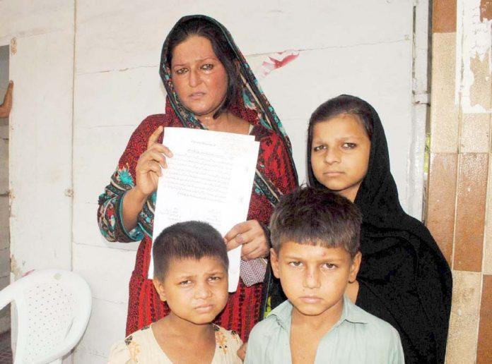 حیدر آباد : ہٹڑی بائی پاس کی مکین خاتون مطالبات کے حق میں مظاہرہ کررہی ہے