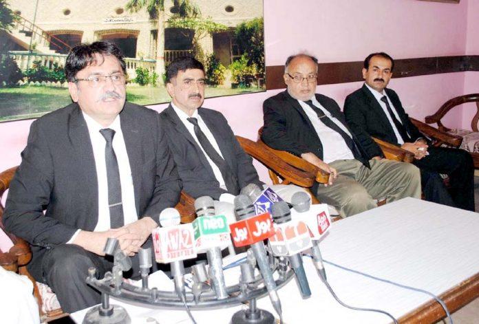 حیدر آباد : تحریک انصاف کے صوبائی نائب صدر عمران علوی پریس کانفرنس کررہے ہیں