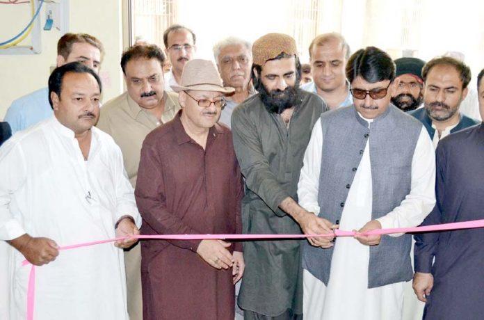 کوئٹہ : صوبائی وزیر صحت نصیب اللہ مری سول اسپتال میں آکسیجن گیس پلانٹ کا افتتاح کررہے ہیں
