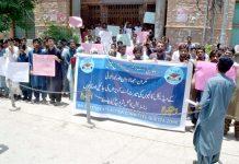 کوئٹہ : بلوچ اسٹوڈنٹس ایکشن کمیٹی کے تحت پریس کلب پر مطالبات کی عدم منظوری کیخلاف طلبہ احتجاج کررہے ہیں