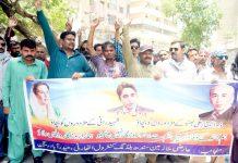 حیدرآباد،سندھ بلڈنگ کنٹرول اتھارٹی کے عارضی ملازمین برطرفی کے خلاف پریس کلب کے سامنے احتجاج کررہے ہیں