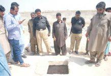 حیدرآباد ،پولیس افسران و شہری کھلے ہوئے مین ہول کا معائنہ کررہے ہیں جس میں 11 سالہ شہزادگر گیا تھا