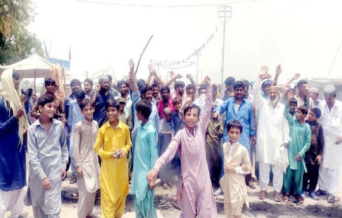 نوڈیرو،غریب آباد کے رہائشی پانی کی قلت اور بجلی کی طویل اور غیراعلانیہ لوڈشیڈنگ کے خلاف احتجاج کررہے ہیں