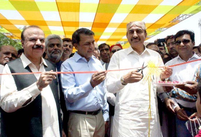 حیدر آباد : صوبائی وزیر زراعت اسماعیل راہو پہلے مینگو فیسٹیول کا افتتاح کررہے ہیں