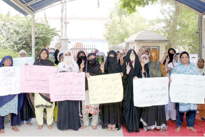 لاڑکانہ : بے نظیر بھٹو میڈیکل یونیورسٹی ایمپلائز اہلخانہ کے ہمراہ مطالبات کی عدم منظوری کیخلاف جناح باغ پر احتجاج کررہی ہیں