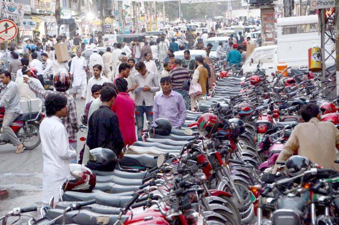 لاہور : ہال روڈ پر موٹر سائیکل کی پارکنگ کے باعث لوگوں کو آمدو رفت میں مشکلات کا سامنا ہے