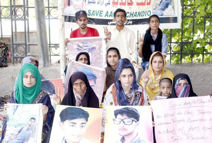 لاڑکانہ : عاقب چانڈیو کے اہلخانہ جناح باغ پر بازیابی کا مطالبہ کررہے ہیں
