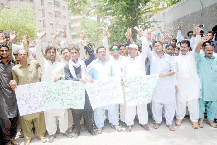 حیدر آباد : پرائیویٹ ڈسپنسر، میڈیکل ٹیکنیشن مطالبات کے حق میں پریس کلب پر مظاہرہ کررہے ہیں