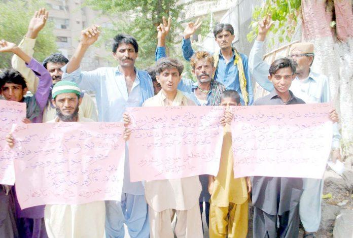 حیدر آباد : نواحی علاقے کے مکین مطالبات کی عدم منظوری کیخلاف پریس کلب پر سراپا احتجاج ہیں