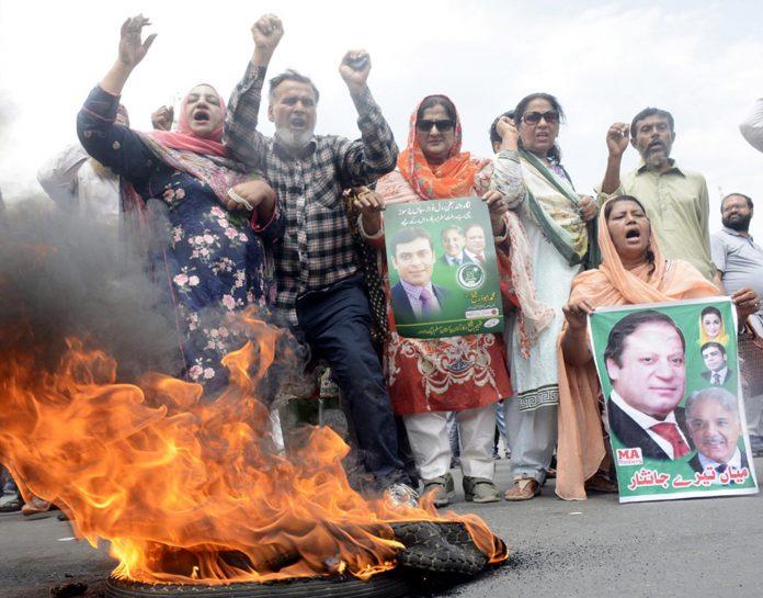 راولپنڈی:ن لیگ کے کارکنان حمزہ شہباز کی گرفتاری کیخلاف سڑک پر ٹائر نذر آتش کرکے احتجاج کررہے ہیں