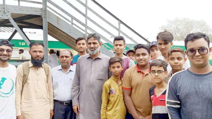 ڈائریکٹر ارقم پبلک اسکولز سسٹم محمد یوسف آل پاکستان اسٹڈی ٹور میں روانگی سے قبل کینٹ اسٹیشن پر طلبہ کے ساتھ