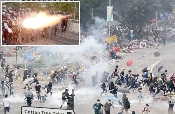 ہانگ کانگ: اسمبلی میں متنازع بل پیش کیے جانے کے خلاف احتجاج میں پولیس اور مظاہرین کے درمیان جھڑپیں ہورہی ہیں