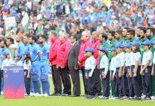 مانچسٹر: ورلڈ کپ، پاک بھارت میچ کے آغاز سے قبل کھلاڑی قومی ترانے کے احترام میں کھڑے ہیں