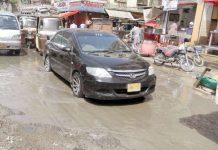سولجر بازار میں سڑک ٹوٹ پھوٹ کا شکار اور سیوریج کا پانی جمع ہے (فوٹو: محمد احمد)