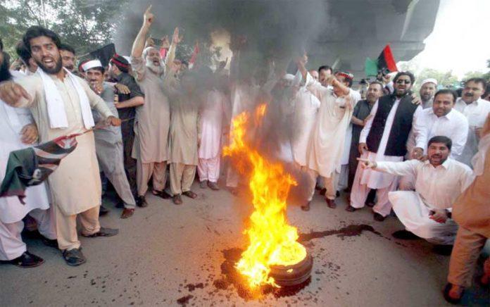پشاور،آصف زرداری کی گرفتاری کے خلاف پیپلزپارٹی کے کارکنوں نے پریس کلب کے سامنے ٹائر کو آگ لگارکھی ہے