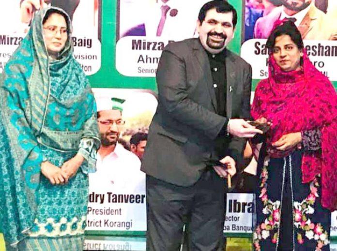 کراچی الائنس آف مارکیٹ ایسوسی ایشن کے صدر ایاز میمن انعام یافتگان کو زیورات پیش کر رہے ہیں