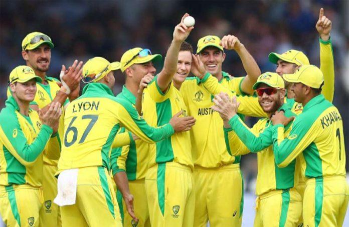 لارڈز: ورلڈ کپ کے سلسلے میں کھیلے گئے انگلینڈ اور آسٹریلیا کے میچ میں کامیاب بولرجیسن پانچویں وکٹ لینے کے بعد ساتھیوں سے داد وصول کر رہے ہیں