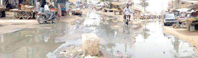 ملیر میں لیاقت مارکیٹ کے اطراف سڑکیں سیوریج کے پانی میں ڈوبی ہوئی ہیں