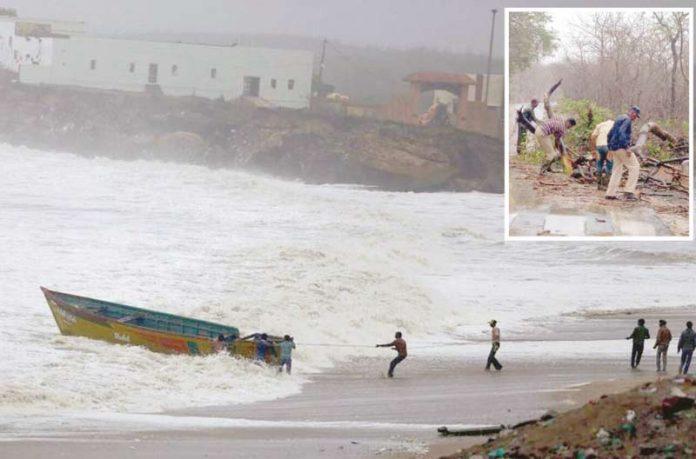 گجرات: شہری اپنی مدد آپ کے تحت کشتی کو طوفانی لہروں کی نذر ہونے سے بچا رہے ہیں' تیز ہوائوں نے درخت اکھاڑ پھینکے ہیں