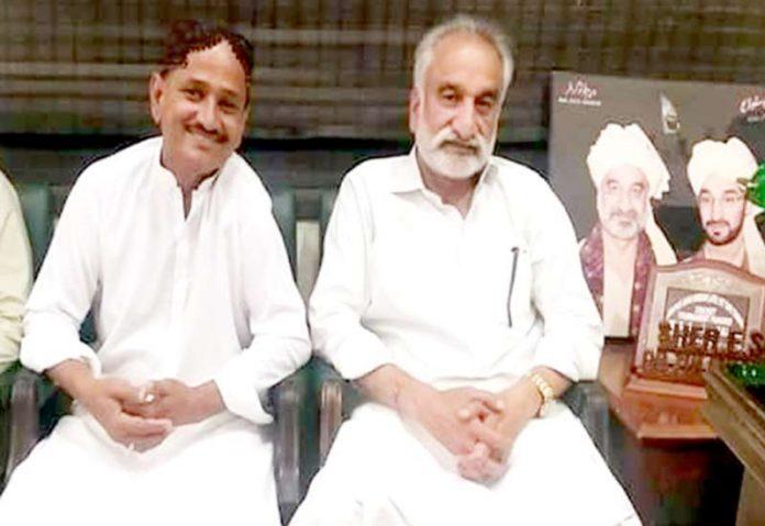 میرپورخاص،تحریک انصاف کے ضلعی رہنما ملک حاجی عبدالغفار سابق وزیرداخلہ ذوالفقار مرزا سے ملاقات کررہے ہیں