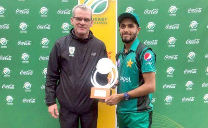 جوہانسبرگ: پاکستان انڈر19 کے محمد حارث جنوبی افریقا کے خلاف دوسرے میچ کا مین آف دی میچ ایوارڈ وصول کرتے ہوئے