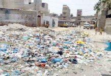 ملیر میں رہائشی علاقے میں سڑک پر گندگی کا ڈھیر متعلقہ انتظامیہ کی توجہ چاہتا ہے