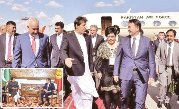 بشکک :وزیراعظم عمران خان کرغیزستان کے وزیراعظم کے ہمراہ ائرپورٹ سے باہر آرہے ہیں' چھوٹی تصویر میںکرغیزستان کے صدر سے ملاقات کررہے ہیں