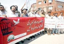 پشاور،خیبریونین جرنلسٹس کے تحت صحافیوں اور کارکنوں کی چھانٹیوں کے خلاف پریس کلب کے سامنے احتجاج کیا جارہا ہے