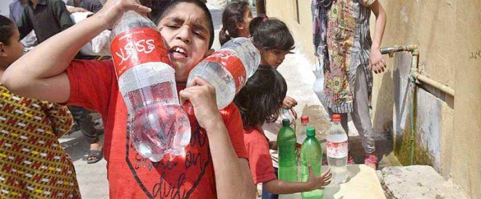 راولپنڈی،صاف پانی کی عدم فراہمی کے باعث بچے سرکاری نل سے پانی حاصل کرنے کی کوشش کررہے ہیں