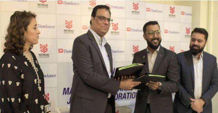 ڈاؤلینس کے ڈائریکٹر مارکیٹنگ اینڈ سیلز، سید حسن جمیل انسٹی ٹیوٹ، ماسٹرکلاس کیساتھ ایک معاہدے پر دستخط کے بعد دستاویزات کا تبادلہ کر رہے ہیں