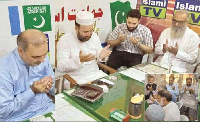 امیر جماعت اسلامی کراچی حافظ نعیم الرحمن وسیم اختر کی رہائش گاہ پر ان کے بیٹے عمیر عبداللہ اور بھائی ذیشان اختر سے تعزیت کے بعد دعائے مغفرت کررہے ہیں