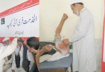 پشاور،الخدمت فائونڈیشن اور ڈوگرہ ویلفیئر ٹرسٹ کے تحت ڈی ایچ کیو اسپتال الپوری شانگلہ میں مفت آنکھوں کے کیمپ میں ڈاکٹر مریضوں کا معائنہ کررہے ہیں