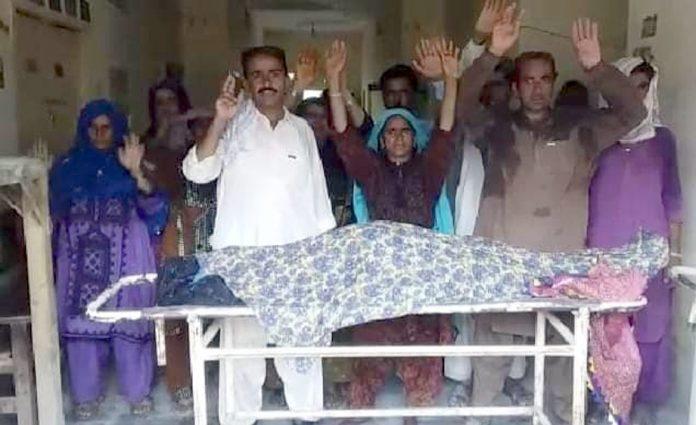 جیکب آباد : غلط انجکشن لگنے سے خاتون کے جاں بحق ہونے کیخلاف ورثا لیڈی ڈاکٹر کیخلاف سراپا احتجاج ہیں