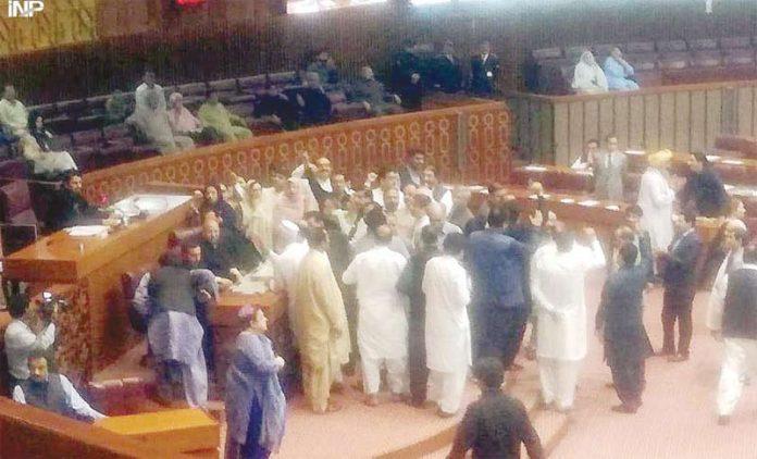 اسلام آباد: بلاول کو تقریر کی اجازت نہ دینے پر پی پی اراکین اسمبلی اسپیکر ڈائس کا گھیراؤ کیے ہوئے ہیں