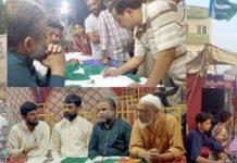 جماعت اسلامی کی مہم ''نیاملیر-روشن ملیر''کے سلسلے میںلگائے گئے کیمپ میںامیر ضلع توفیق صدیقی شکایات سن رہے ہیں،دوسری جانب مقامی ناظم کریم بخش یونین کونسل کے سامنے پھیلے کچرے کاجائزہ لے رہے ہیں