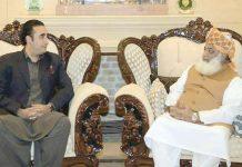اسلام آباد:جے یو آئی (ف) کے سربراہ مولانا فضل الرحمن پیپلزپارٹی کے چیئرمین بلاول زرداری سے ملاقات کررہے ہیں