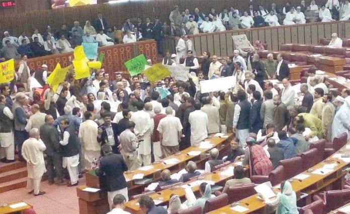 اسلام آباد:بجٹ تقریرکے اپوزیشن ارکان پلے کارڈ اٹھائے احتجاج کررہے ہیں