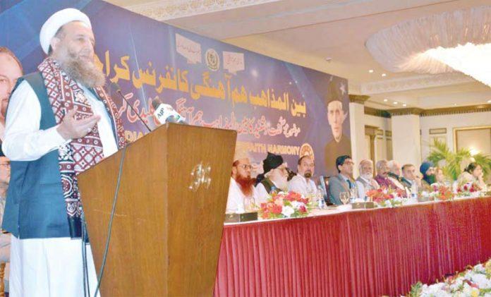 کراچی: وفاقی وزیر برائے بین المذاہب ہم آہنگی پیر نورالحق قادری سیمینار سے خطا ب کررہے ہیں