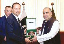 اسلام آباد: اسپیکر قومی اسمبلی اسد قیصر جمہوریہ چیک کے پارلیمنٹ کے رکن ڈینیل پاولاس کو تحفہ دے رہے ہیں