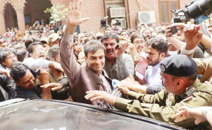 لاہور: نیب کے ہاتھوں گرفتاری کے دوران حمزہ شہباز کارکنان کے نعروںکاہاتھ ہلا کر جواب دے رہے ہیں