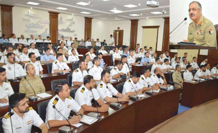 لاہور: چیئرمین جوائنٹ چیفس آف اسٹاف کمیٹی جنرل زبیر محمود حیات پاکستان نیوی وار کالج میں منعقدہ تقریب سے خطاب کررہے ہیں