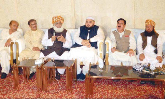 کراچی: جے یو آئی کے سربراہ مولانا فضل الرحمن شاہ اویس نورانی کی رہائش گاہ پر میڈیا سے گفتگو کررہے ہیں