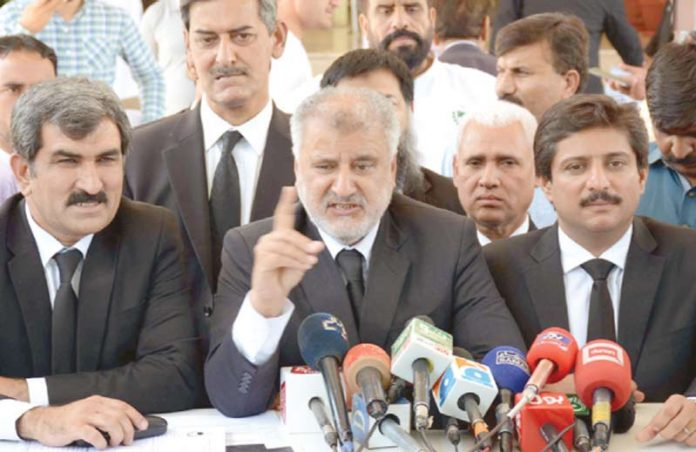 اسلام آباد:سپریم کورٹ بارکے صدر امان اللہ کنرانی عدالت عظمیٰ کے باہر پریس کانفرنس کررہے ہیں