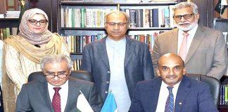 اسلام آباد: پاکستان اور عالمی بینک کے نمائندے 918ملین ڈالر قرض کے معاہدے پردستخط کررہے ہیں