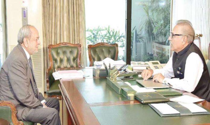 اسلام آباد: صدرمملکت ڈاکٹر عارف علوی سے ڈائریکٹر کامسیٹس یونیورسٹی ڈاکٹر ایس ایم جنید زیدی ملاقات کررہے ہیں