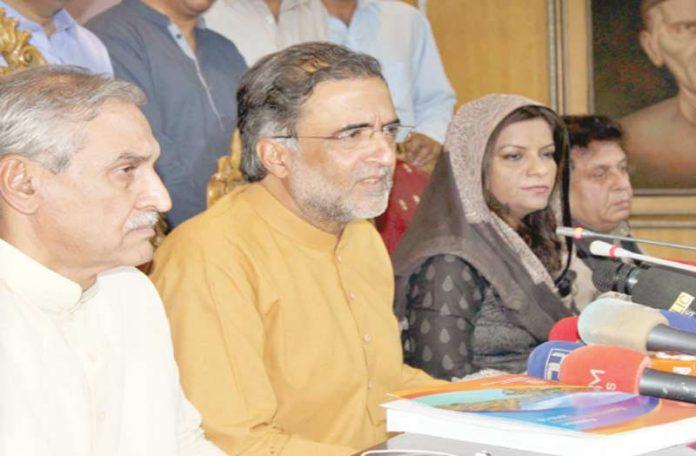 اسلام آباد: پیپلز پارٹی کے سینئر رہنما قمر زمان کائرہ، نفیسہ شاہ و دیگر پریس کانفرنس کررہے ہیں