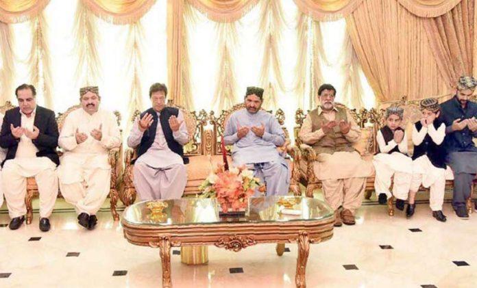گھوٹکی: وزیراعظم عمران خان وفاقی وزیر علی محمد خان مہر کے اہل خانہ سے تعزیت کے بعد دعائے مغفرت کررہے ہیں