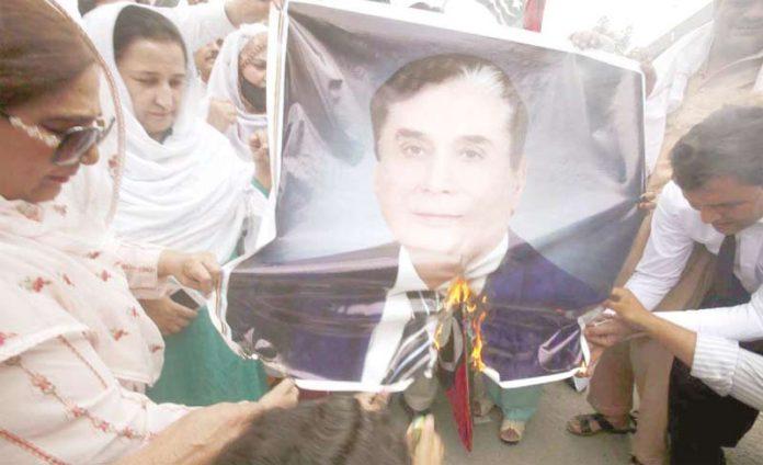 پشاور: پیپلز پارٹی کے کارکنان آصف علی زرداری کی گرفتاری کے خلاف احتجاج کے دوران چیئرمین نیب کی تصویر نذر آتش کررہے ہیں